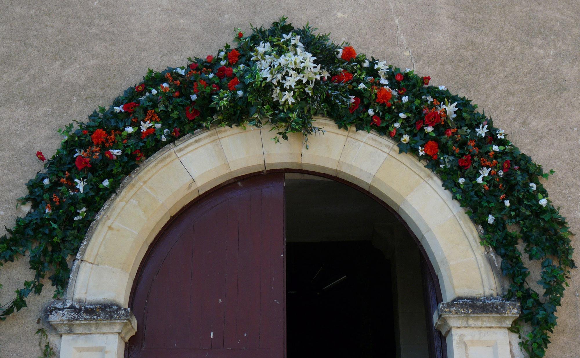 Fronton d'église fleuri